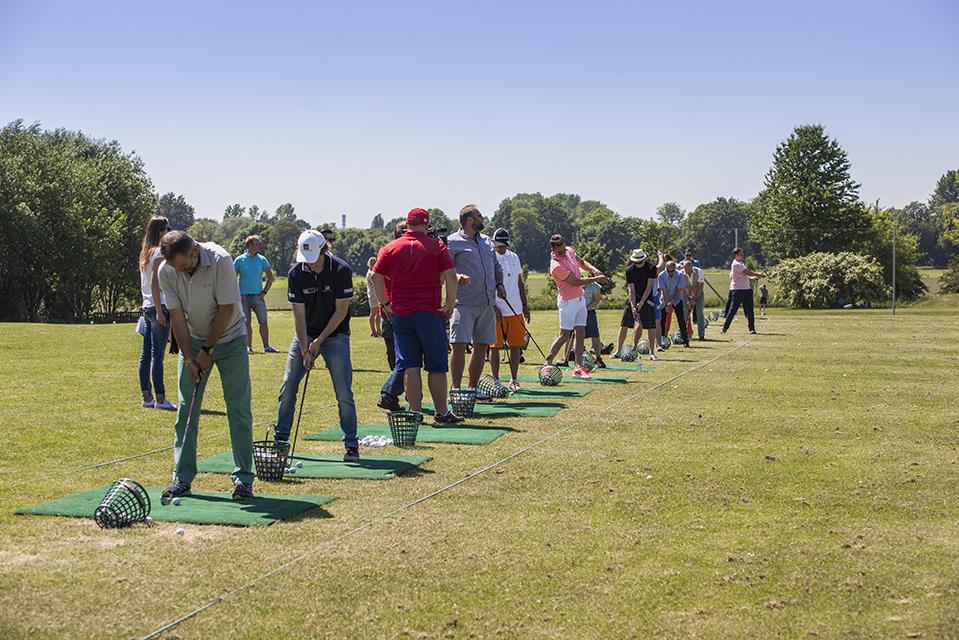 Zawodnicy i goście eventu na szkółce golfa