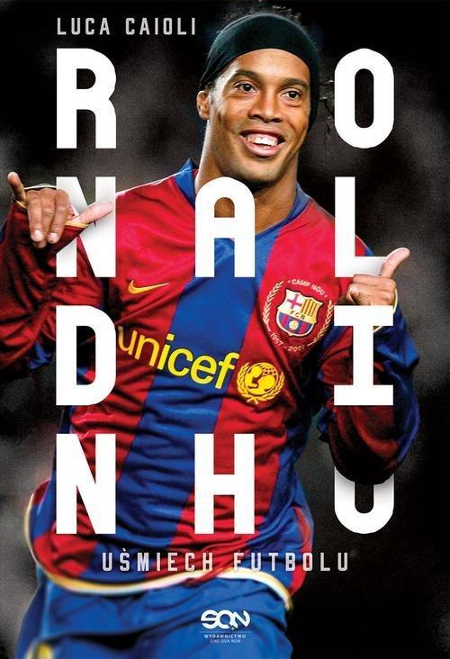 Piękne gole i niezwykłe triki. Niezapomniane występy, jak El Clasico na Santiago Bernabeu w 2005 roku, po którym kibice Realu zgotowali mu owację na stojąco. Dzięki tej książce jeszcze raz wrócisz do wszystkich momentów naznaczonych magią Ronaldinho. Poznaj życie futbolowego wirtuoza. Poznaj historię piłkarza, którego nie da się nie lubić!   Gatunek: Biografie   Wydawnictwo SQN  Ilość stron: 288  Cena: 39,90zł