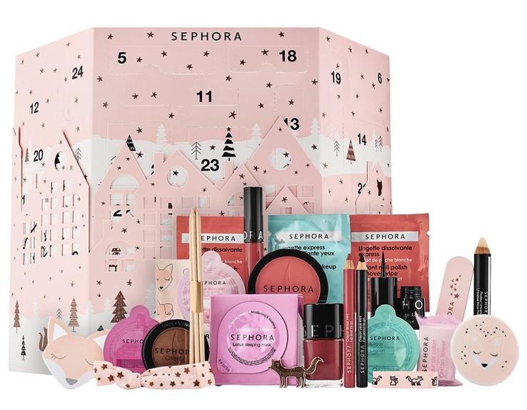 Winter Wonderland* Wstęp do Bożego Narodzenia z bajecznym kalendarzem adwentowym zawierającym 24 niespodzianki: emblematyczne produkty Sephora do makijażu, kąpieli oraz akcesoria.  Odkryj cudowny świat piękna i wszystkie niespodzianki, które na Ciebie czekają! Codziennie znajdziesz jeden prezent za ośnieżonym okienkiem dla odrobiny radości i magii na co dzień, zanim nadejdzie Boże Narodzenie!  Plusy: - 24 niespodzianki makijażowe, kąpielowe i akcesoria od Sephora. - Wspaniały zestaw zainspirowany magią świąt Bożego Narodzenia. - Oryginalny upominek przed gwiazdką dla siebie lub w prezencie!  - 1 Maseczka na noc - Lotos - 1 Kapsułka z kremem pod prysznic - Kwiat bawełny - 1 Kapsułka z kremem pod prysznic - Laguna - 1 Kapsułka z kremem pod prysznic - Piwonia - 1 Musująca kostka do kąpieli - Kwiat bawełny - 1 Fingertip eyeliner - 01. Smart Black - 1 Lakier do paznokci - L43 It-girl - 2 x 2 Chusteczki do ekspresowego zmywania lakieru - 2 Chusteczki do ekspresowego demakijażu oczu - 1 Uniwersalny utrwalacz do brwi - 01 Incolore - 1 Mini kredka do oczu - N°09 Intense Black - 1 Mini kredka do ust - N°03 Classic Red - 1 Odpinany cień do powiek - Tiramisu N°298 - 1 Róż do policzków - N°05 Sweet on you! - 1 Aksamitna szminka do ust - 01 Always Red - 1 Elastyczna wstążka - 1 Opakowanie bukszpanowych patyczków - 1 Lusterko kieszonkowe - 1 Wstążka - 1 Post-it - 1 Zestaw naklejek - 1 Przypinka - 1 6-warstwowy pilnik do paznokci