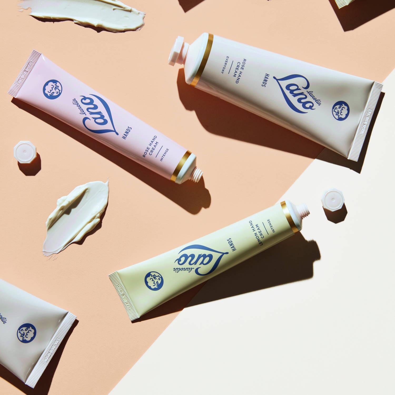 Lano Hands Rose Hand Cream. Intense   Odżywczy krem, wzbogacony o lanolinę, pozostawia na dłoniach jedwabisty film, który trwale nawilża skórę. Formuła kosmetyku została nasycona olejkiem różanym i zawiera antyoksydanty do pielęgnacji szczególnie suchych dłoni i paznokci.  Do suchych dłoni i paznokci  - Nawilża - Odżywia W 98,3% naturalny.  Nawilżenie suchych dłoni i łamliwych paznokci. Suche dłonie i paznokcie są nawilżone, stają się delikatne w dotyku.  Nie zawiera sztucznych barwników, petrolatum, politlenków etylenu, olejków mineralnych, siarczanów.  Nietestowany na zwierzętach. Wyprodukowany w Australii.   Cena: 120ml\79zł