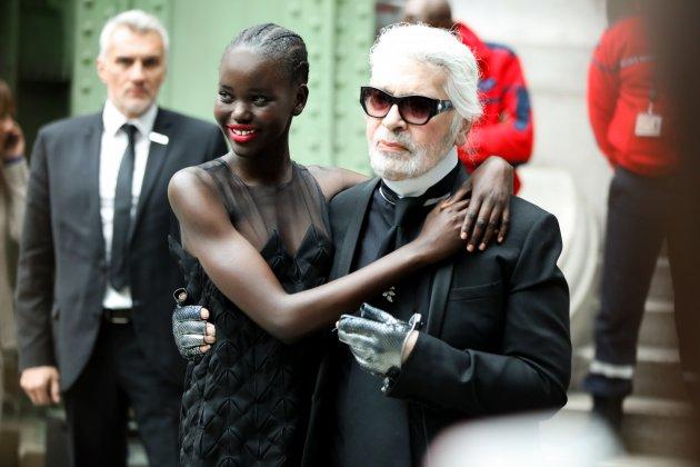 fot. Karl Lagerfeld ze swoją muzą, 18-letnią sudańską modelką, Adut Akech